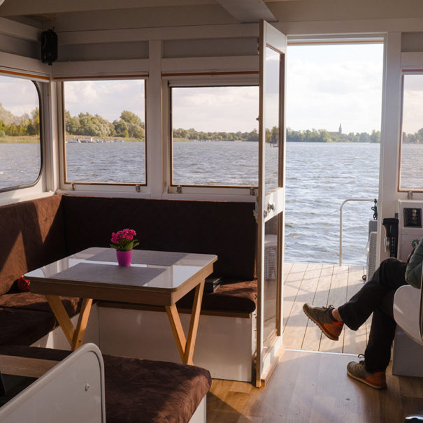 Steuerstand und Sitzecke des Hausboots