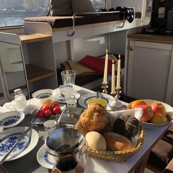 Frühstück an Bord des Falkenfloßes